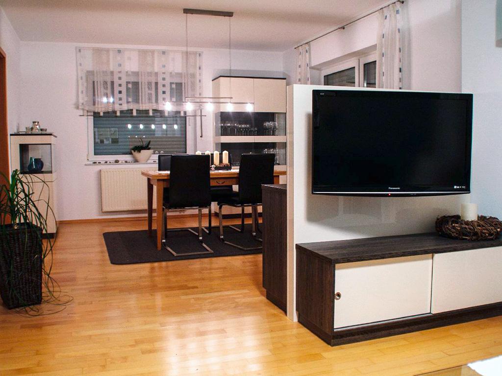 Wohnzimmer und esszimmerausstattung mit verstecktem - Trennwand im wohnzimmer ...